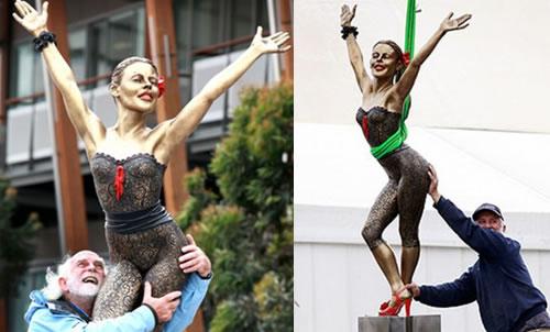 bronzokylie Kylie Minogue in una scultura di bronzo