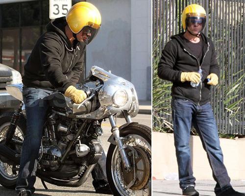 bradpitt dueruotesfiguz Brad Pitt lasciato a piedi dalla sua moto