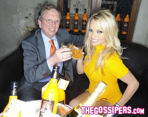 pamela andaloe Pamela Anderson dimentica i pantaloni a Berlino