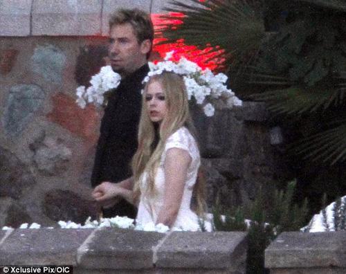 Avril Lavigne Matrimonio In Nero : Nuove foto dal matrimonio in nero di avril lavigne gossip