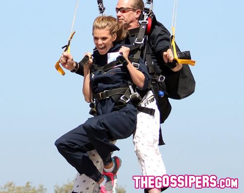 annalynne2 AnnaLynne McCord paracadutista per una buona causa