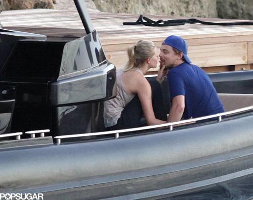 leo bacia2 Leonardo di Caprio innamorato ad Ibiza
