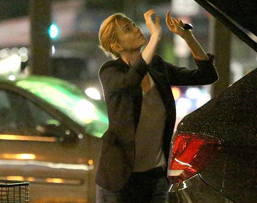 Charlize1 Charlize Theron mostra il dito medio ai paparazzi