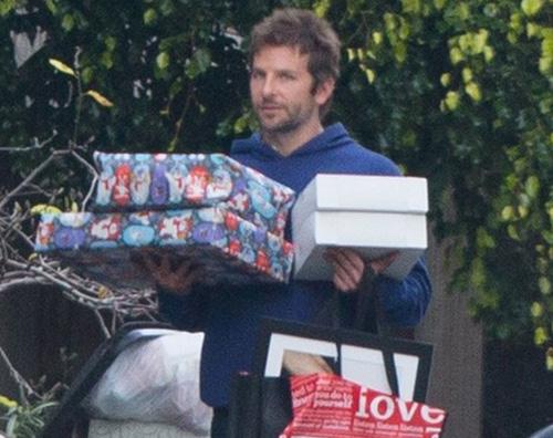 Bradley Cooper Bradley Cooper è il Babbo Natale di Malibu