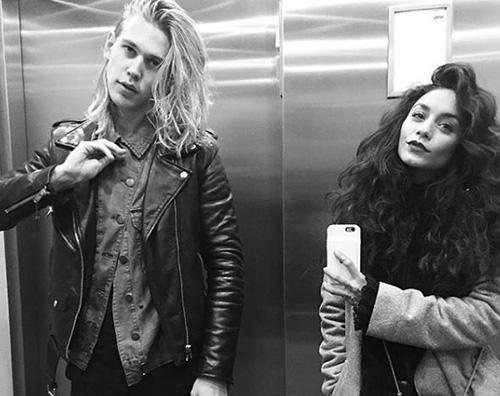 """Vanessa Hudgens e Austin Butler cedono alla mania del """"Selfie In The Lift"""""""