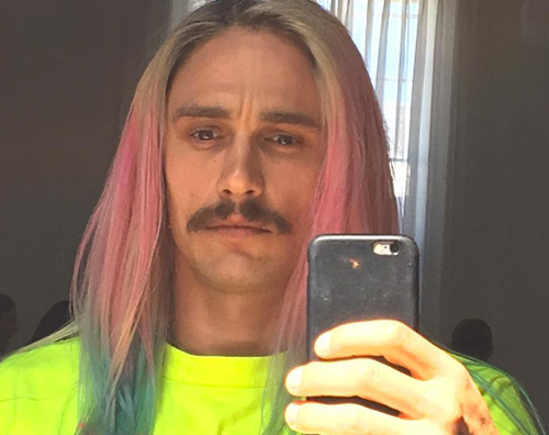 James Franco James Franco, capelli multicolor per il nuovo video di Riff Raff