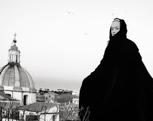 Rita Ora 2 Rita Ora a Roma, foto con la fontana ghiacchiata