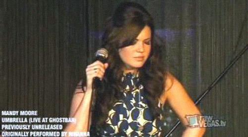 Anche Mandy Moore canta Umbrella