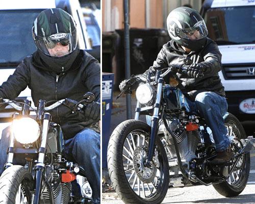 bradpitt Brad Pitt in sella al suo bolide