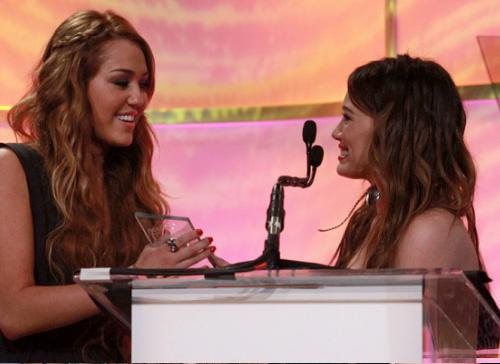 duff miley2 Hilary Duff premia Miley Cyrus