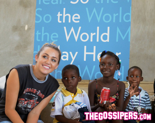 haiti cyrus2 Miley Cyrus regala un sorriso ai bambini di Haiti