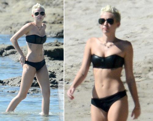 miley2 Miley Cyrus fa yoga sulla spiaggia