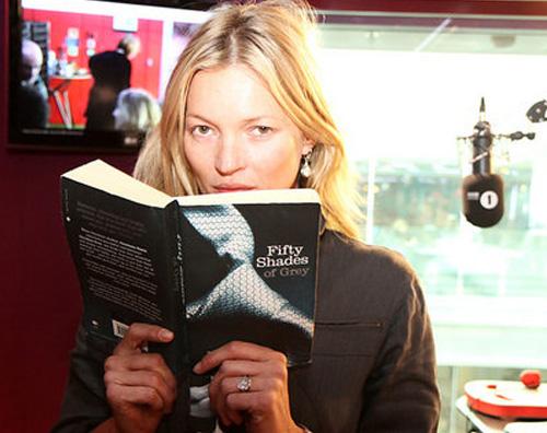 sfumaturekate Kate Moss legge Cinquanta sfumature di grigio