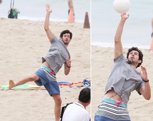 adambrody2 Adam Brody si diverte con il beach volley