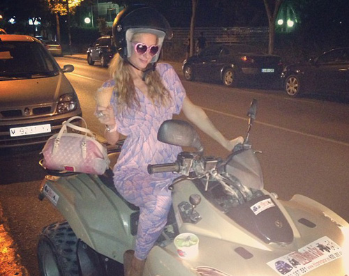 hiltonquad Paris Hilton si diverte a bordo in un quad