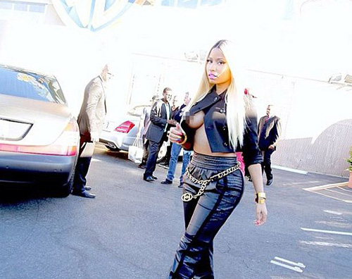 nicki1 Nicki Minaj dimentica il reggiseno