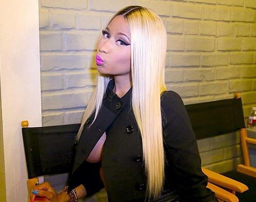 nicki2 Nicki Minaj dimentica il reggiseno