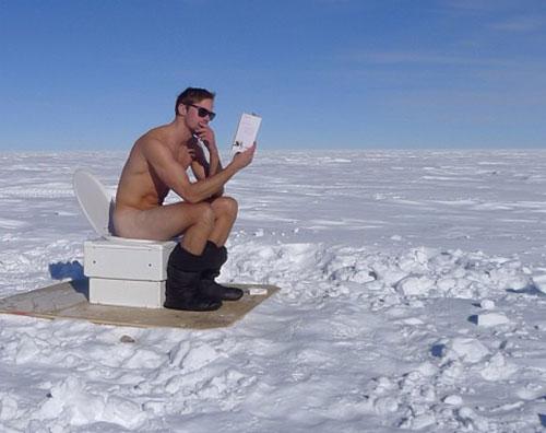 alexander Alexander Skarsgard alla toilette in Antartide