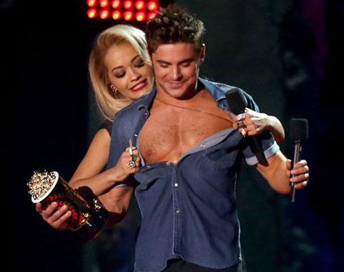 rita zac Zac Efron mostra i muscoli sul palco degli Mtv Movie Awards