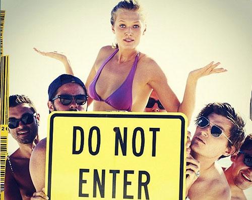 toni2jpg La ragazza di Leo Di Caprio circondata da uomini nudi