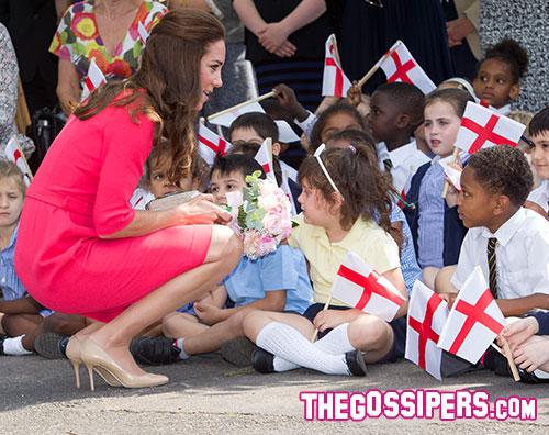 kate1 Kate Middleton in rosa per i bambini delle scuole