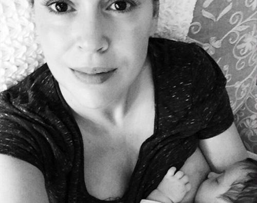 Alyssa Alyssa Milano allatta sua figlia su Instagram