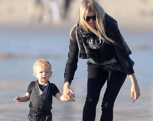 fergie Fergie in spiaggia con il suo bimbo
