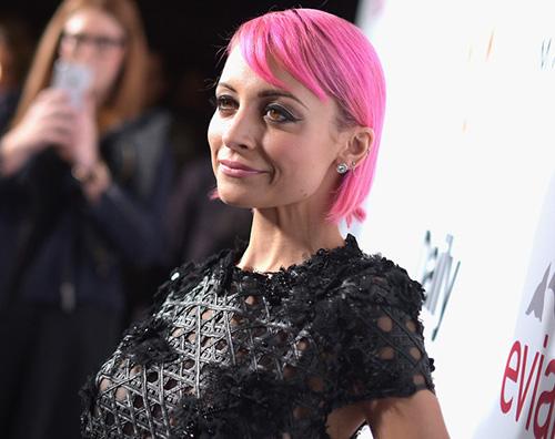 Nicole Nicole Richie passa al rosa fluo