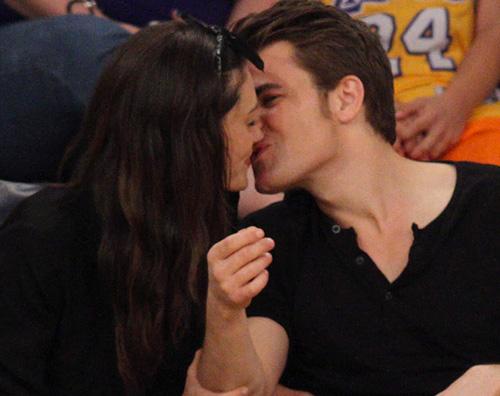 Paul e Phoebe Paul Wesley e Phoebe Tonkin innamorati a Los Angeles