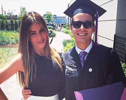Sofia Vergara e Manolo Sofia Vergara porta Joe alla laurea di suo figlio Manolo