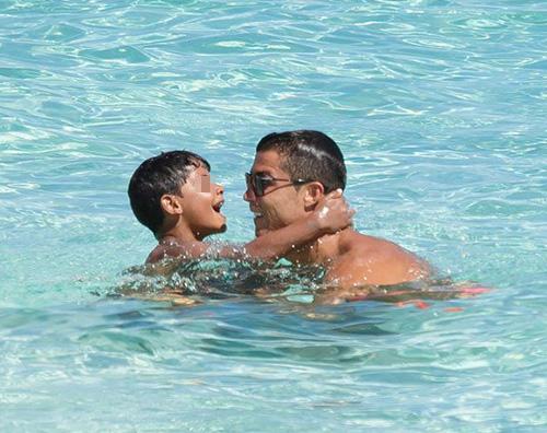 Cristiano ronaldo e cristiano jr Cristiano Ronaldo al mare con Cristiano Jr