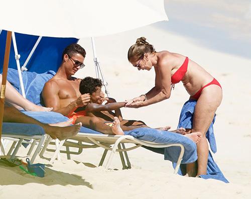 Cristiano ronaldo e cristiano jr2 Cristiano Ronaldo al mare con Cristiano Jr