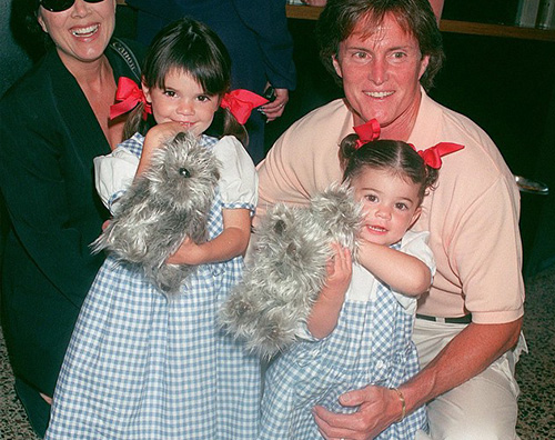 Kylie e Kendall Jenner Kylie e Kendall Jenner fanno gli auguri al loro papà