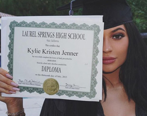 Kylie Jenner Kendall e Kylie Jenner: party in piscina per il diploma