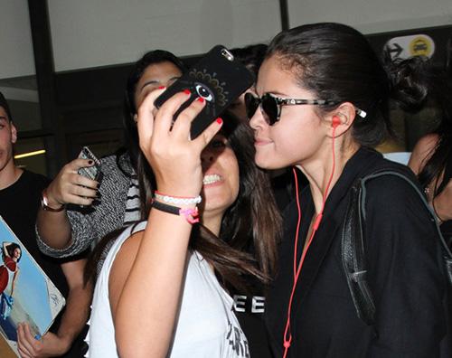 Selena Gomez3 Selena Gomez in total black a LAX