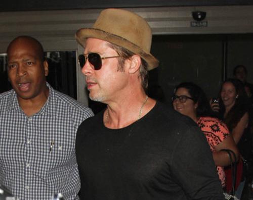 Brad Pitt 2 Brad Pitt sfoggia la sua schiena tatuata a Turks e Cicos