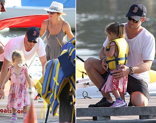 Chris Chrsi Hemsworth, gita in barca con Elsa e India