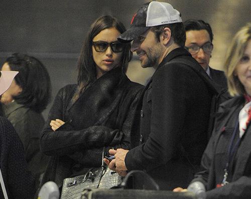 Irina Bradley Bradley Cooper ed Irina Shayk in coda all aeroporto di Parigi