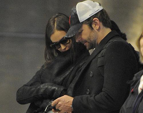 Irina Shayk Bradley Cooper Bradley Cooper ed Irina Shayk in coda all aeroporto di Parigi