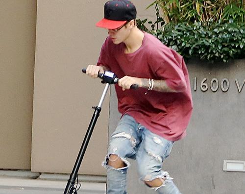 Justin2 Justin Bieber in monopattino a NY