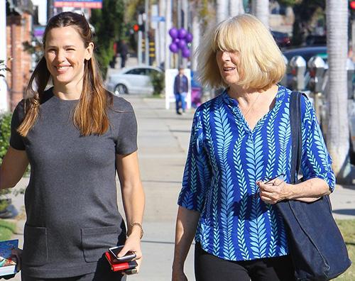 Jennifer Garner Jennifer Garner passeggia con la ex suocera