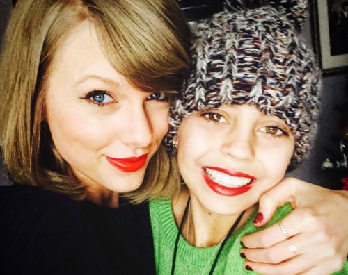 Taylor Swift Taylor Swift fa visita ad un ospedale pediatrico