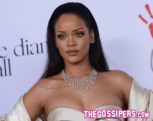Rihanna Rihanna è statuaria per Fenty Beauty