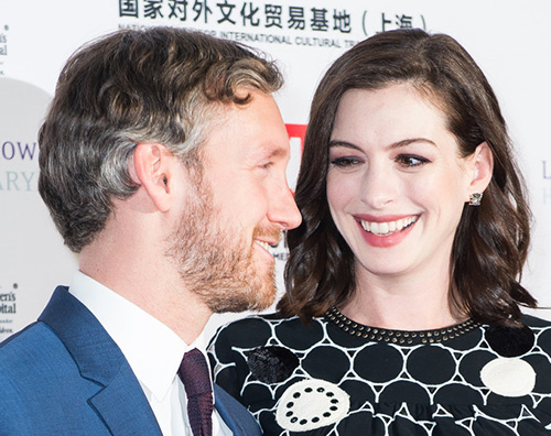 Anne Hathaway, compleanno col pancione