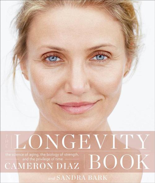 Cameron Diaz 2 Cameron Diaz mostra la cover del suo nuovo libro