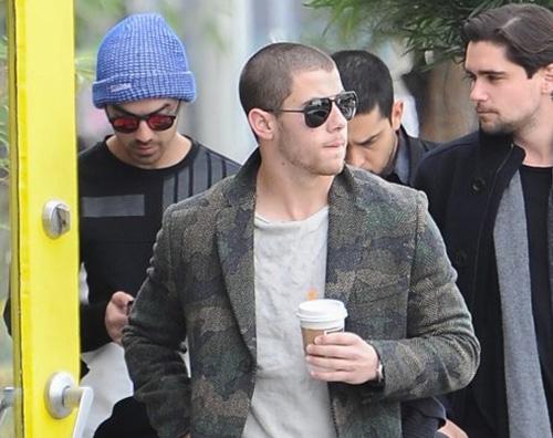 Jonas Borthers 2 Nick e Joe Jonas passeggiano a West Hollywood