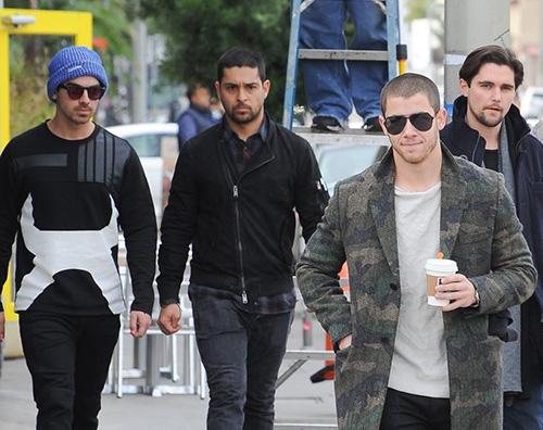 Jonas Borthers Nick e Joe Jonas passeggiano a West Hollywood