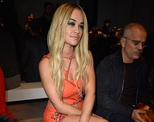 Rita Ora 2 Rita Ora e l outfit vedo non vedo da Versace