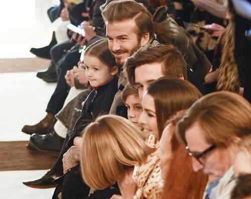 Beckham 1 Victoria Beckham sostenuta dalla sua famiglia durante la Fashion Week