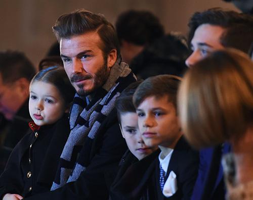 Beckham 2 Victoria Beckham sostenuta dalla sua famiglia durante la Fashion Week